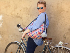 Daniela Köppl auf einem alten Fahrrad in der Hofgasse